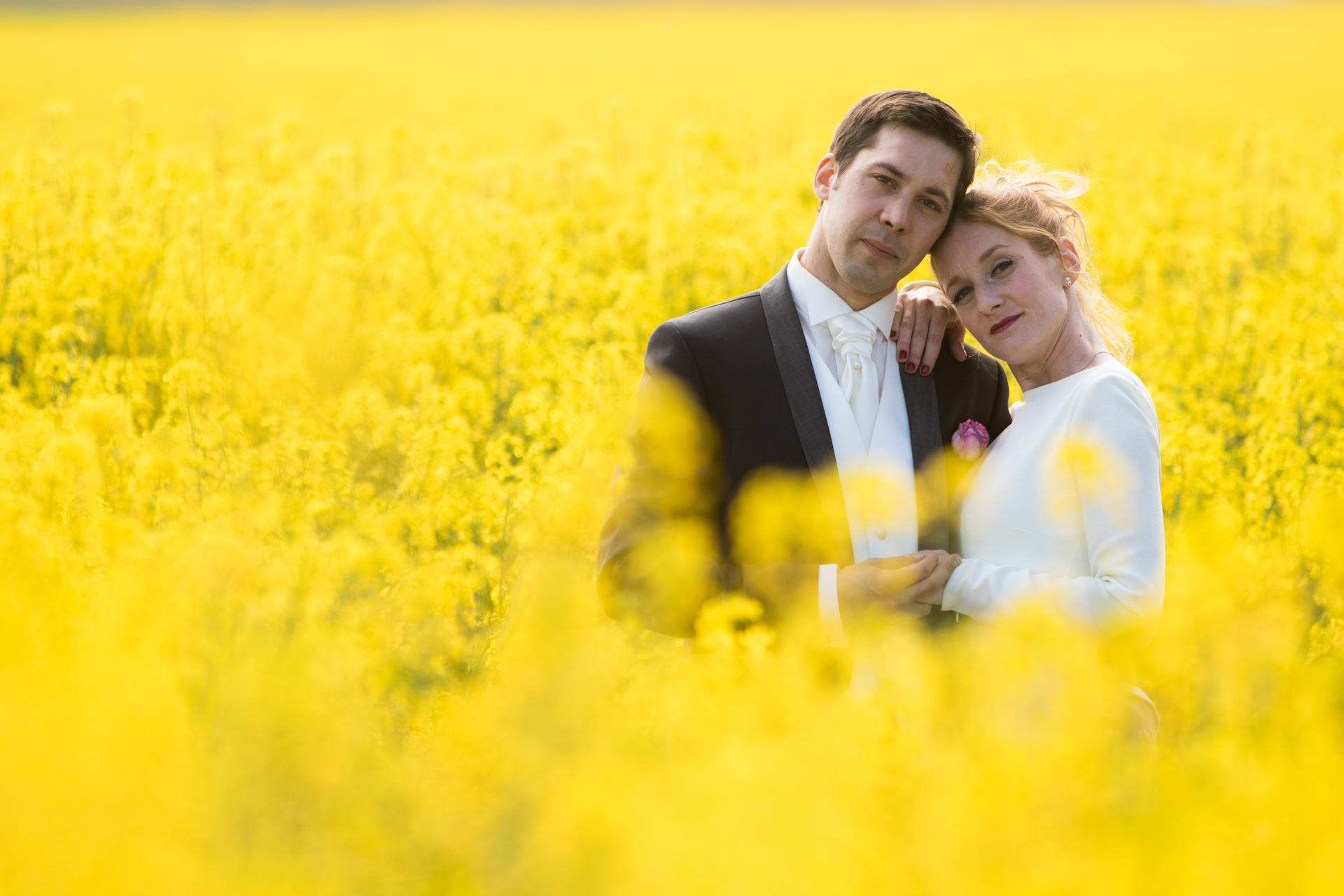 mariés dans un champ
