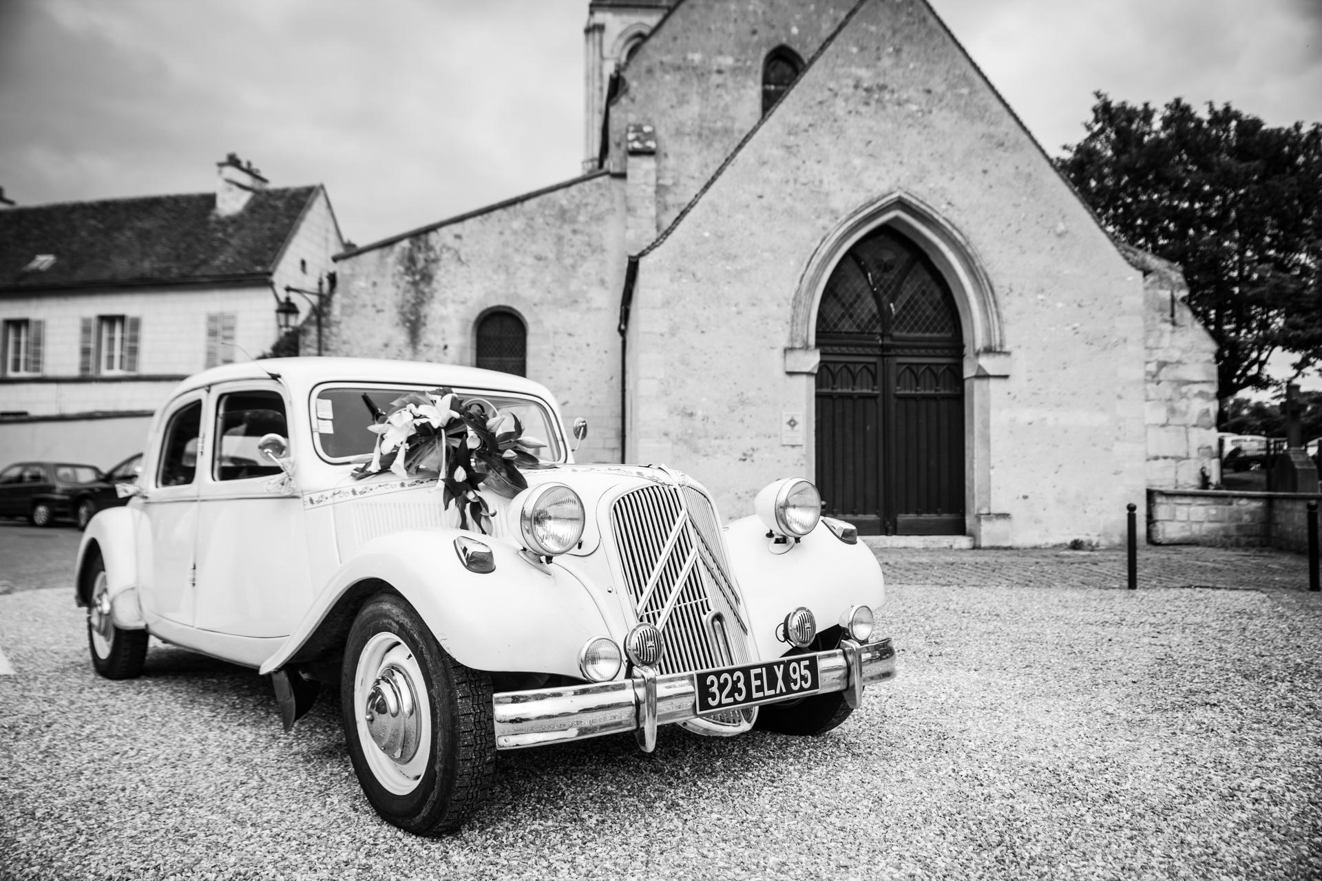 Photo NB avec voiture lors d'un mariage